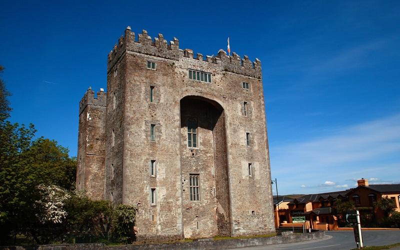 Фото: Замок Бунратти - Достопримечательности Ирландии: ТОП-11