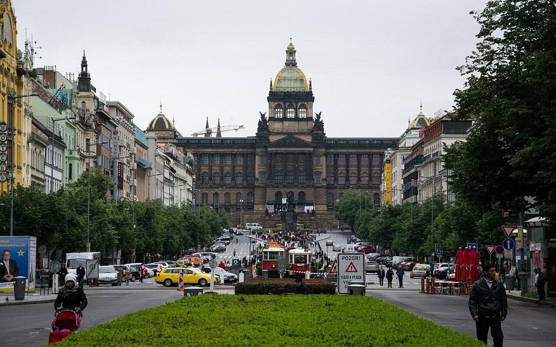 Фото: Вацлавская площадь - Достопримечательности Праги: ТОП-10