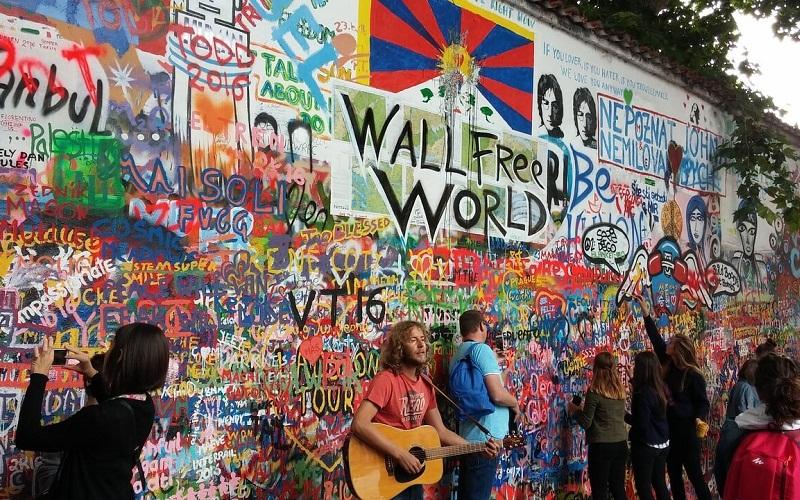 Фото: Стена Джона Леннона - Достопримечательности Праги: ТОП-10