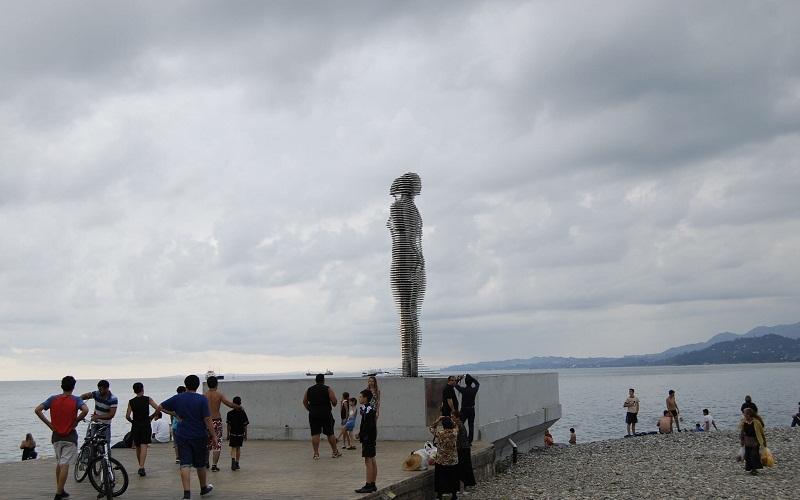 """Фото: Скульптура """"Али и Нино"""" - Достопримечательности Батуми: ТОП-9"""
