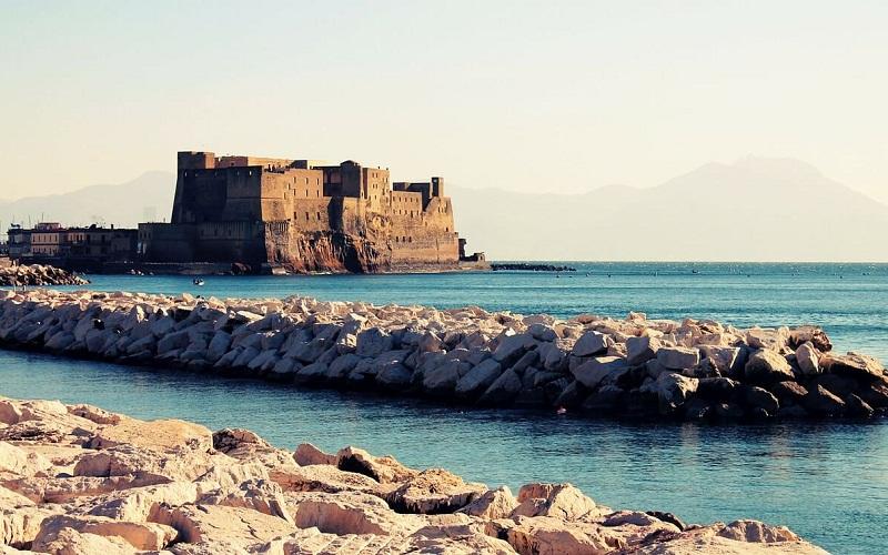 Фото: Замок Кастель-дель-Ово - Достопримечательности Неаполя: ТОП-10