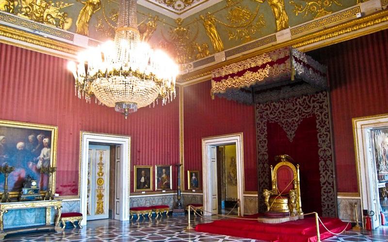 Фото: Королевский дворец - Достопримечательности Неаполя: ТОП-10